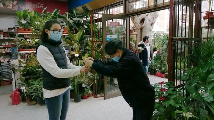 慈濟志工雙手奉上素粽,民眾熱情支持義賣活動