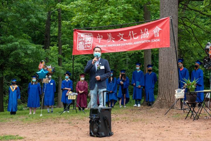 紐約華僑文教服務中心主任陳永豐勉勵畢業生。