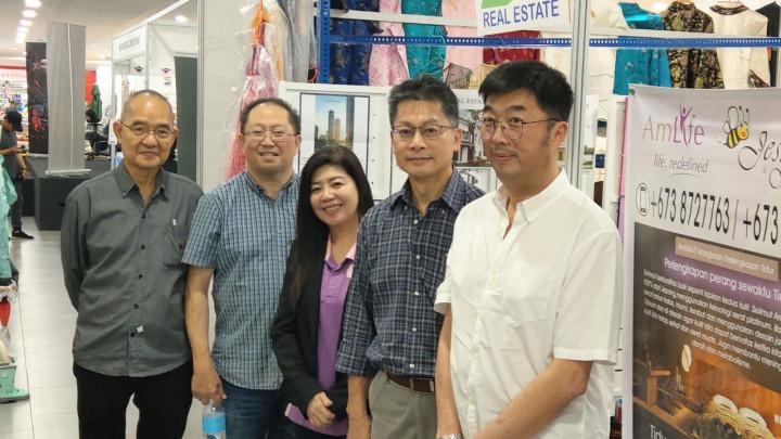 李代表在林會長等陪同下,參觀婦女團陳團長展攤。