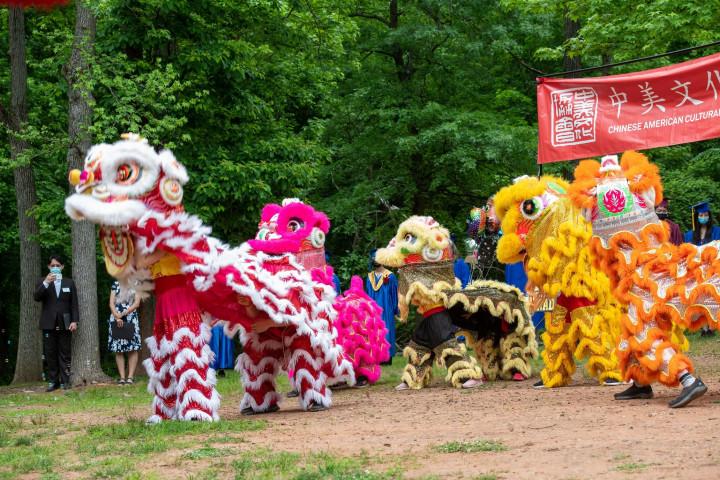 愛迪生中文學校舞獅隊演出。