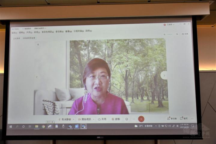 徐佳青說明研發創新、加值服務和投資升級是產業升級的重要秘訣