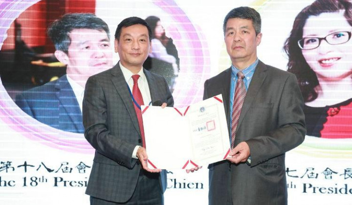 駐布里斯本辦事處處長陶令文(左)代表致贈賀函予新任會長簡明宏(右)