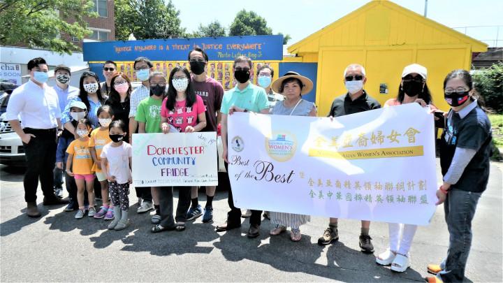 康麗雪(右一)和Evan Lam(左一),駐波士頓辦事處處長孫儉元(中,綠衣者)和參加活動的社區代表。(周菊子攝)