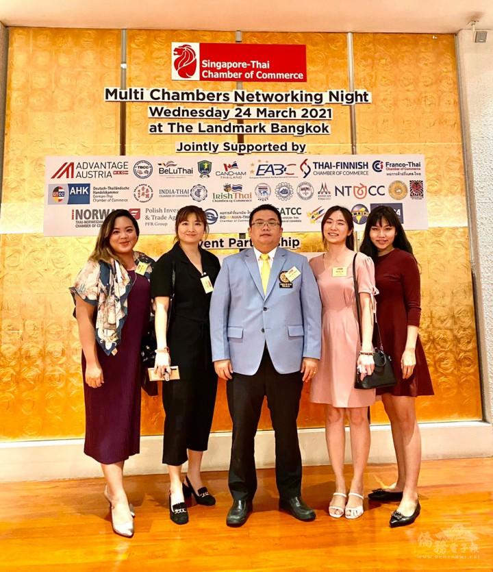 黃呂翊(中)代表泰國臺灣商會聯合總會參與泰國新加坡商會交流活動