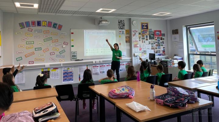 學生們回到課堂上學習漢字筆劃教學