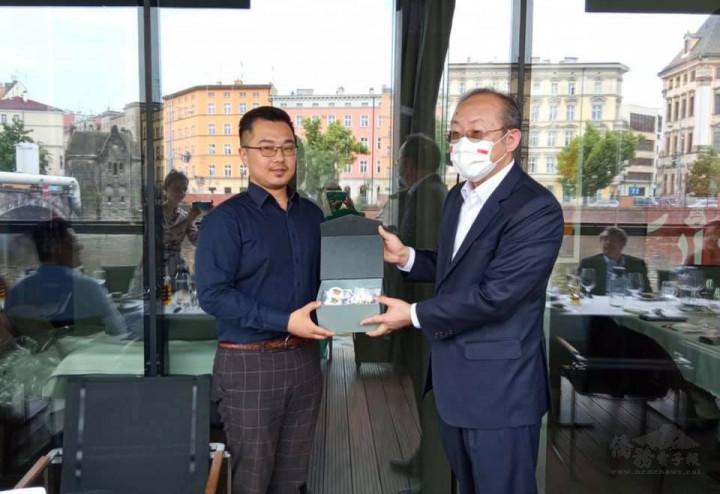陳大使感謝劉易軒對僑界的熱心服務