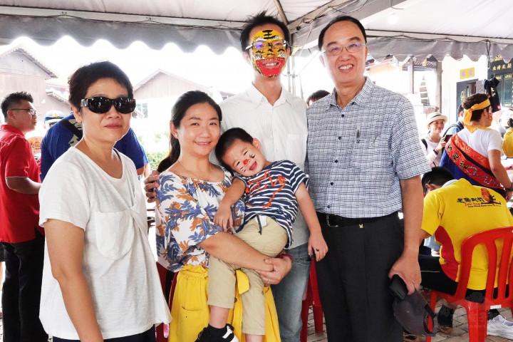楊博鈞(右2)於2019年陪同文化部文化資產局施局長國榮(右1)及鍾秘書鳳麗(左1)於馬六甲青雲亭參與八家將臉部彩繪活動