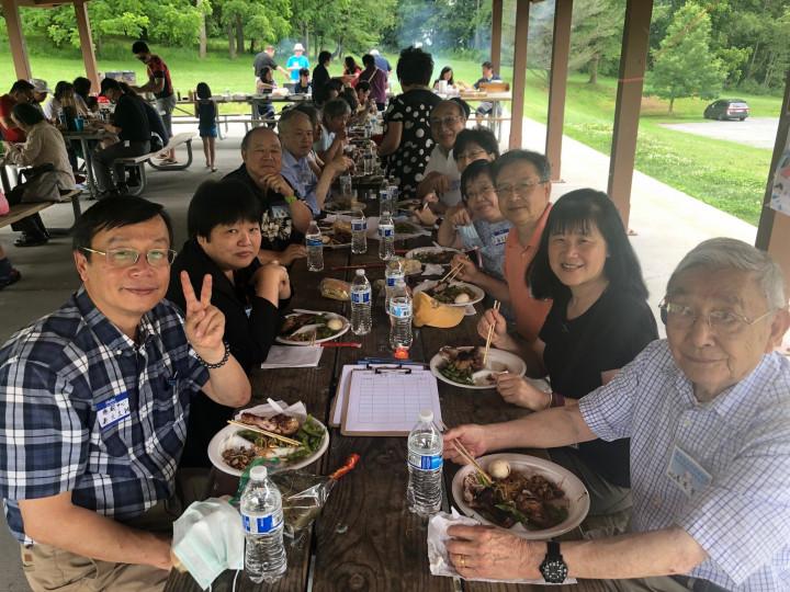 文教中心主任郭大文(左1)和三位評審