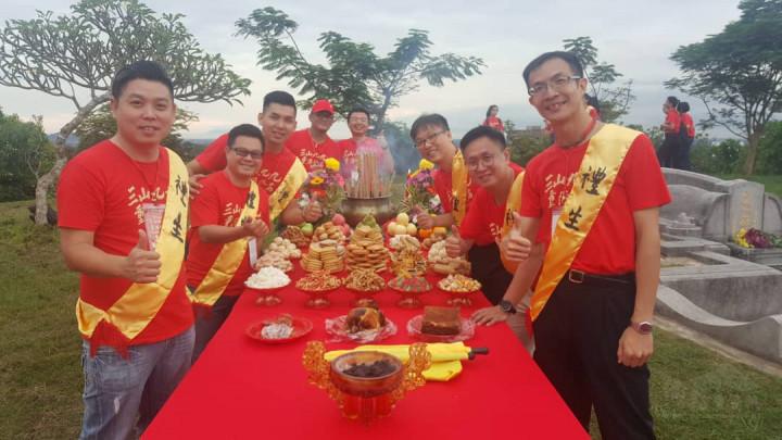 楊博鈞(右1)參與馬六甲中華大會堂青年團「三山九九重陽登高」活動照片