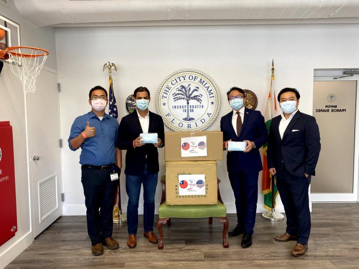 邁阿密臺商會會長黃業倫(右一)配合邁阿密經濟文化辦事處捐贈市政府防疫物資