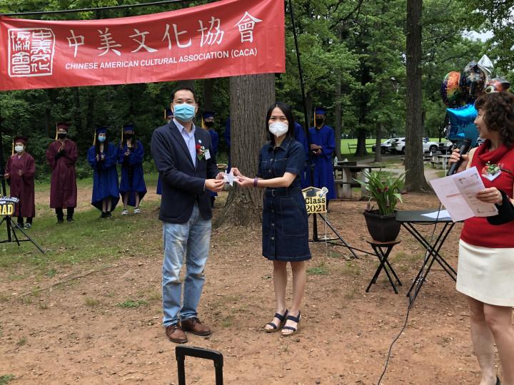紐約華僑文教服務中心主任陳永豐(左)表揚中文學校資深教師。