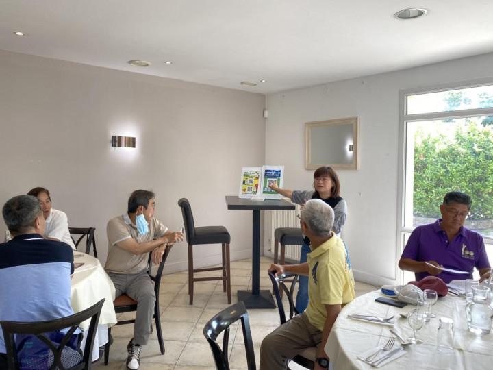 僑務組劉組長素秋(站立者)向在場來賓介紹僑委會與衛福部合作開發的「健康益友APP」,為僑胞提供免費諮詢。