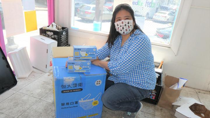 康雅雰還運送了一箱口罩到現場,捐贈給有需要的人。