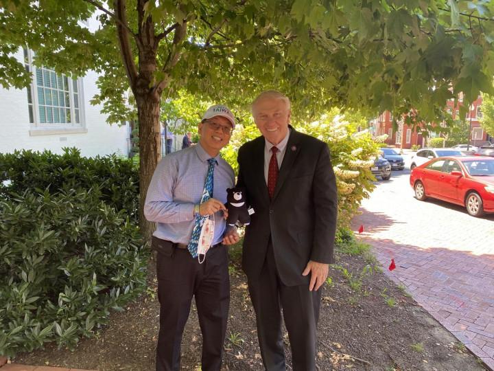 江明信拜訪美國眾議員 Steve Chabot,贈送臺灣黑熊娃娃表達臺灣對他們的感謝心意。(江明信提供)