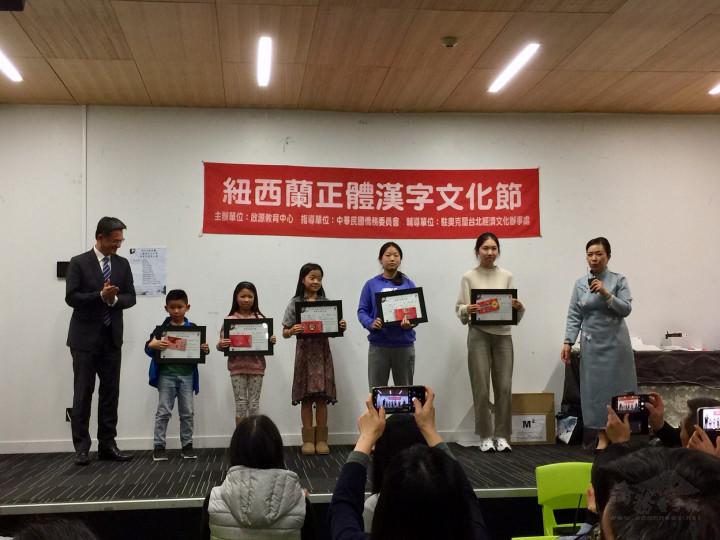 劉永健與五名特優獎得主合影