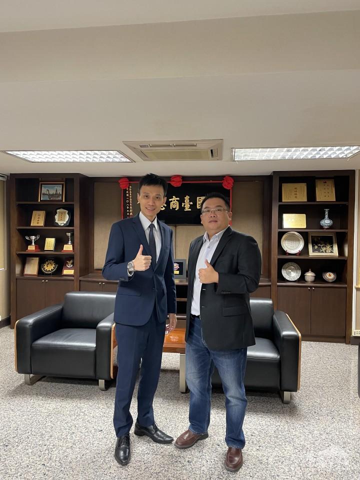 黃呂翊(右)接受駐泰國代表處僑務組陳超峰副組長訪問合影