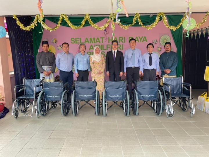 駐汶萊代表處大使李憲章(右四)、GC公司董事經理莊錫山(左三)、汶萊臺商會會長葉旺傳(右三)及Dayangku Dewi kartika Puteri(左四)於捐贈輪椅後合影