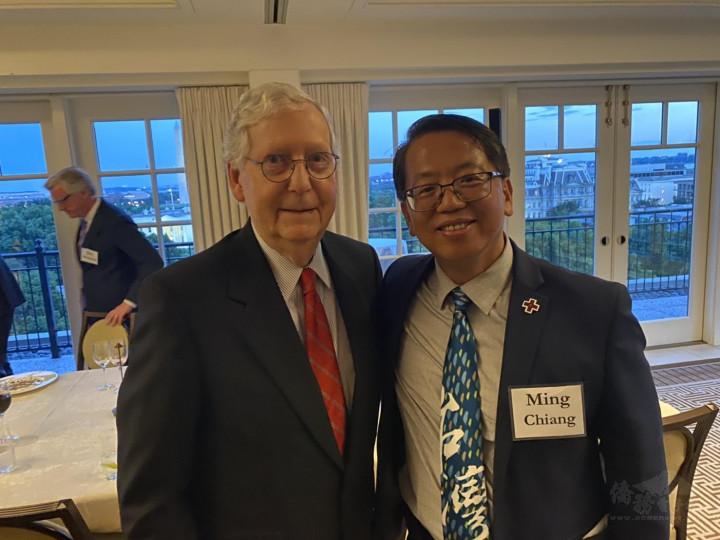 江明信積極為臺灣爭取疫苗事宜奔走,圖為與美國參議員 Mitch McConnell合影。(江明信提供)