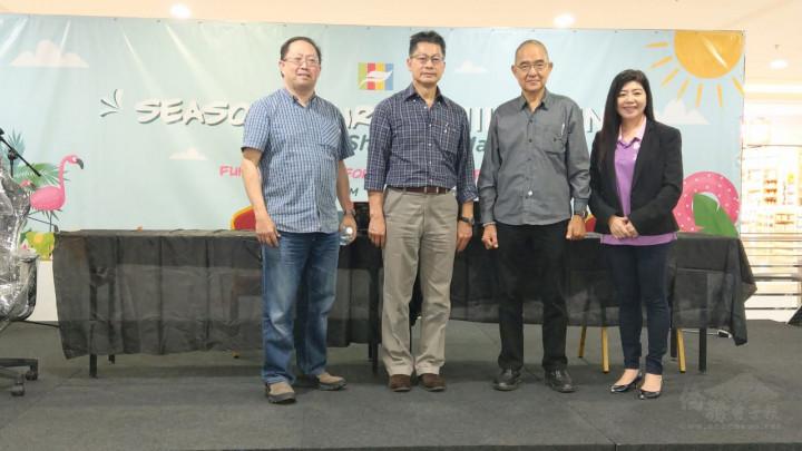 駐汶萊代表處代表李憲章與斯市中華總商會會長林伯明、署理會長李春金及婦女團長陳麗珍合影。