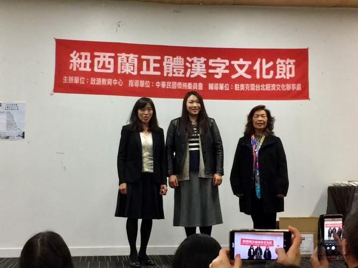 黃美淑、陳眷愛、邵淑惠演出三重唱「愛的真諦」