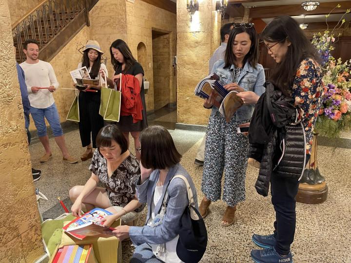 吳曉竹主任帶來僑委會的華語教學教材供僑胞們教學使用