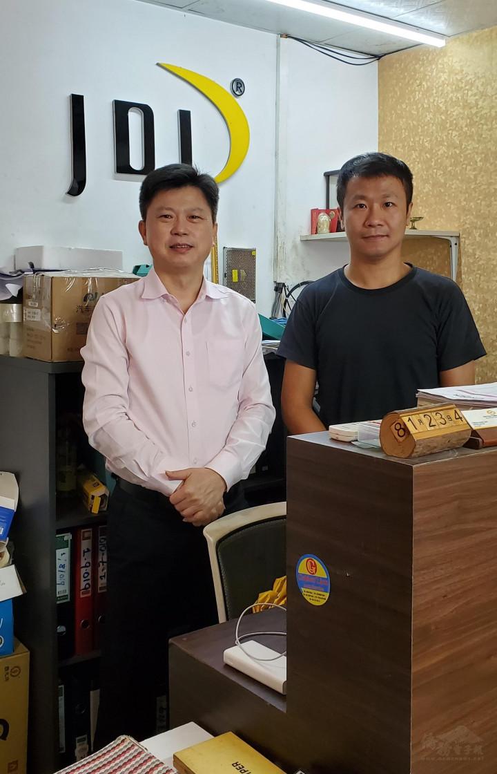 駐緬甸代表處僑務組組長張文華(左),拜會青商潛力之星--JDL洪國晉(右)