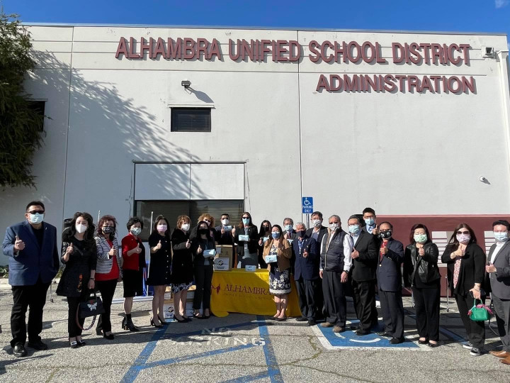 洛杉磯臺美商會捐贈口罩給Alhambra 學生區的合照