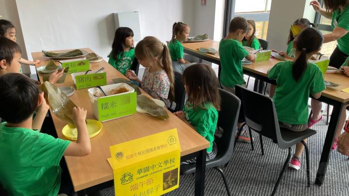 華園學生們專注於老師示範及解說