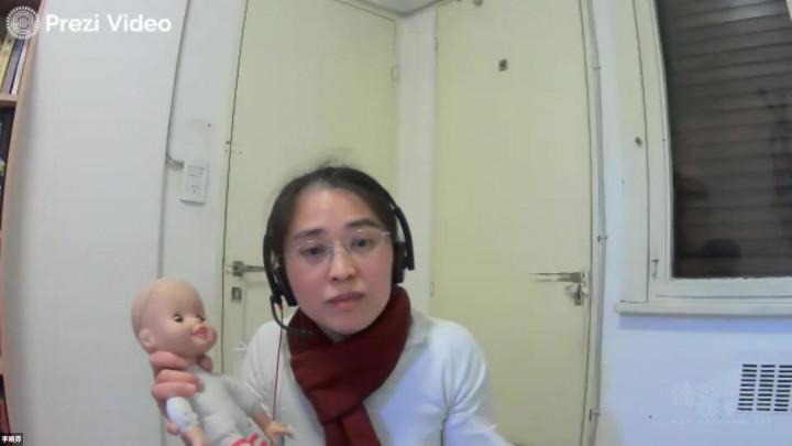 李醫師以嬰兒玩偶說明如何使用正確使用體溫計及舒緩呼吸的姿勢,簡潔清晰的解說, 鄉親收穫良多