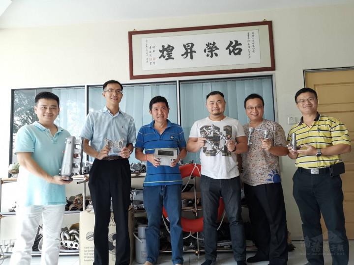 楊博鈞(左2)擔任馬六甲臺灣商會會長,率理事拜訪馬六甲臺商會員