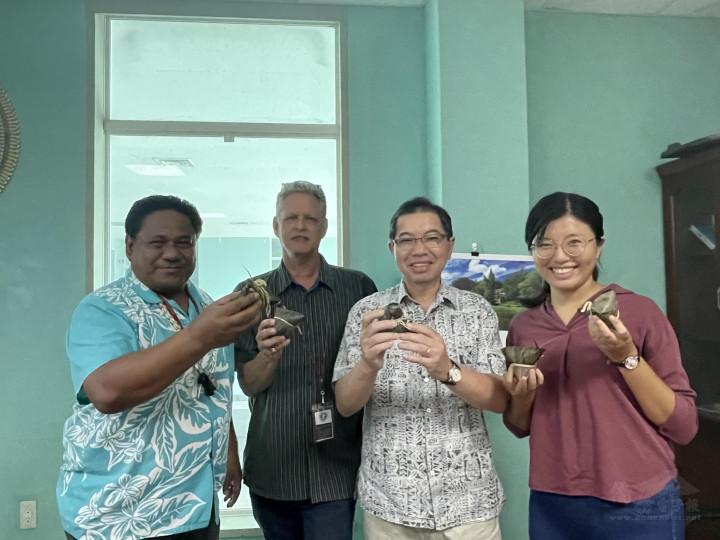 蕭大使與Bilimon部長、Niedenthal次長、及魏護理師開心享用粽子