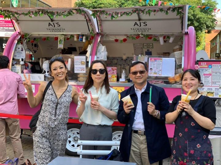 葉副組長及廖秘書拜訪僑胞卡商店「AJ's Taiwanese Food 」