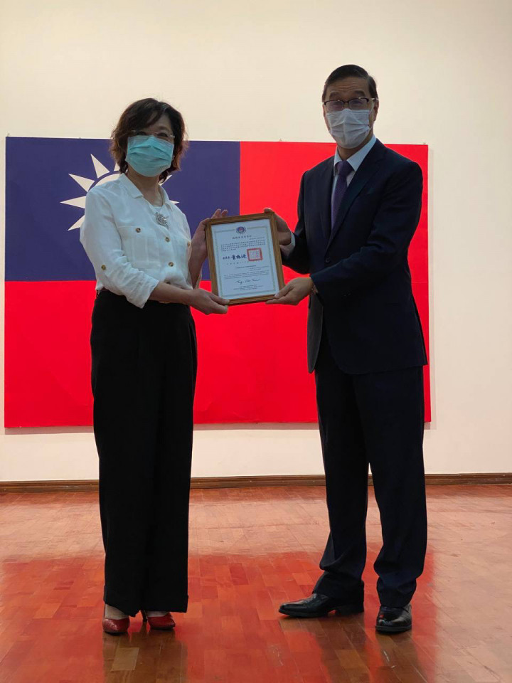 右:曹立傑大使、左: 台灣僑民聯合會理事長黃淑芳