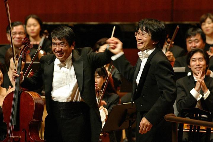 2002年,三船文彰(右)與日本大提琴家岩崎洸演出德弗札克《大提琴協奏曲》