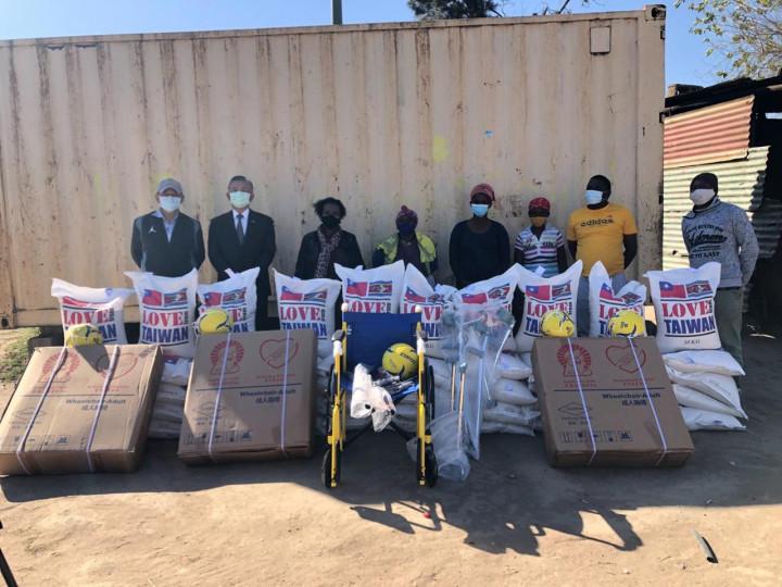 梁大使應邀赴史國國會議員Thandi Nxumalo選區轄訪,並致贈來自台灣的白米、輪椅及助行器等設備