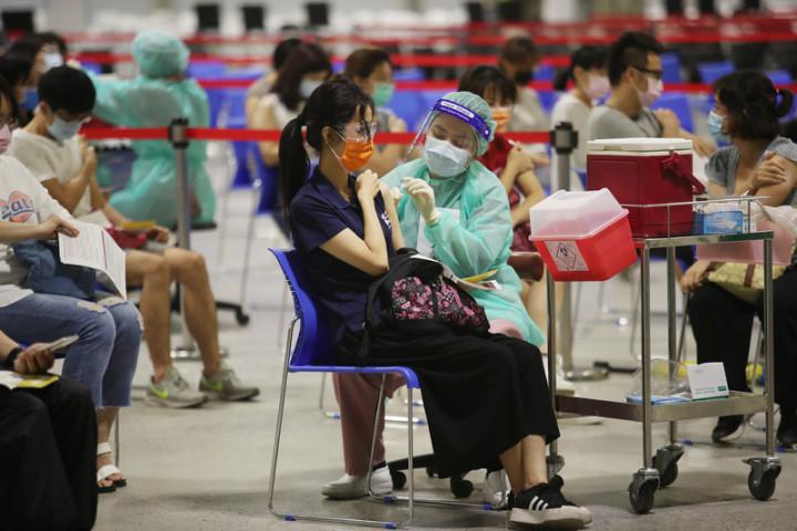 共188萬劑疫苗已經檢驗完畢,指揮中心表示,其中153萬劑AZ疫苗23日將配發各地,供第3輪預約接種。圖為北市花博大型接種站施打疫苗狀況