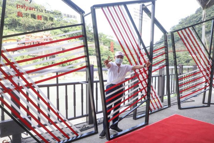 新北市長侯友宜31日上午前往烏來區出席「泰雅文化新地標-烏來織藝廣場啟用典禮」,並拍照留念。(新北市政府提供)