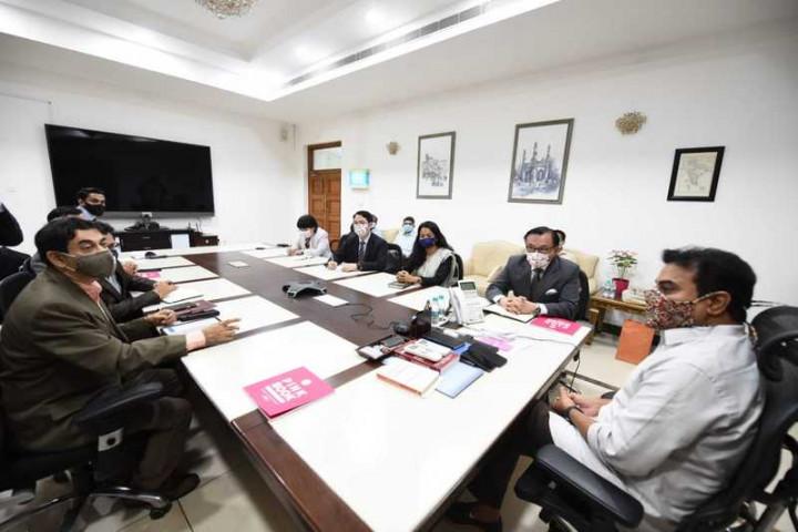 泰倫加納省工業廳長拉奧(長桌首座)28日率官員與駐清奈辦事處長王北平(右排一)所率的台灣訪團召開經貿圓桌會議,討論促進雙邊經貿合作