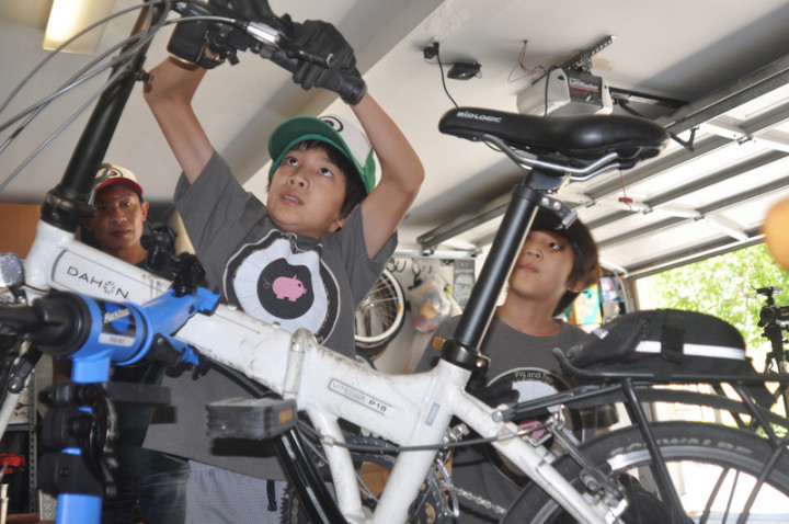 專注修腳踏車的矽谷台裔小學生兄弟,哥哥Sean(中)與弟弟Noah(右)從去年疫情至今年7月中旬維修了180 台單車。