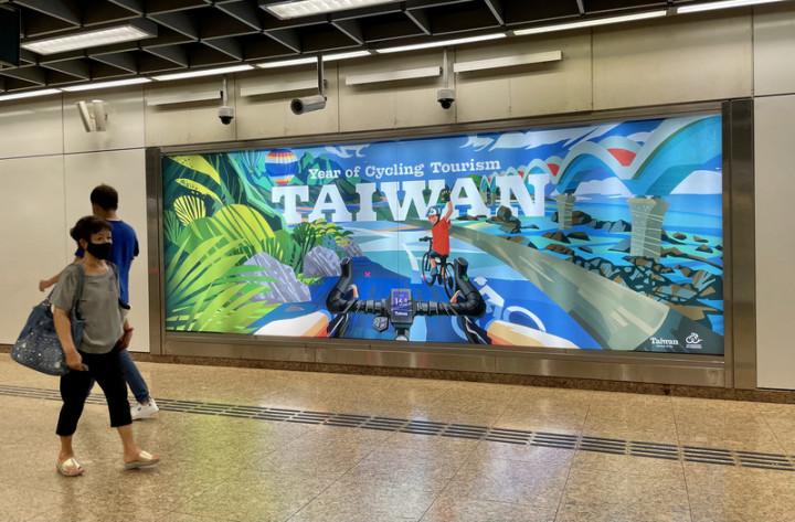 為維持新加坡民眾對台灣的旅遊熱度,觀光局新加坡辦事處在牛車水地鐵站登燈箱廣告,主打台灣自行車旅遊。圖攝於5月19日。