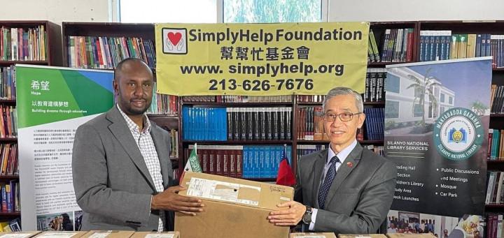 羅震華代表捐贈電腦至索馬利蘭