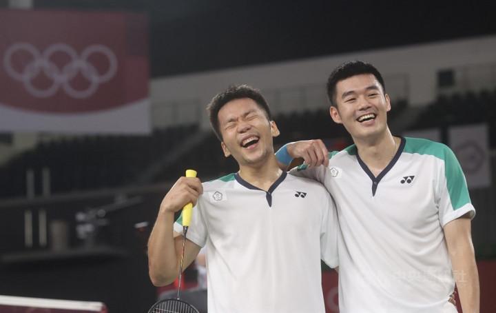 東京奧運羽球男雙關鍵金牌戰31日晚間登場,台灣組合李洋(左)、王齊麟(右)雖一度落後,但成功頂住壓力,拍落中國組合奪下金牌,兩人賽後笑開懷。