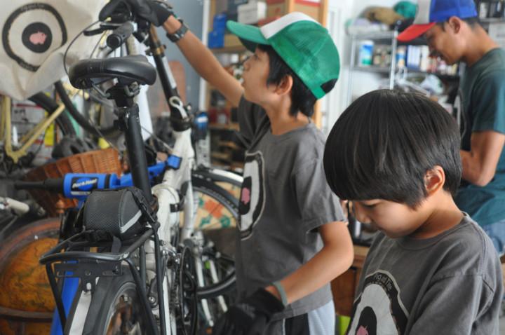 美國疫情期間腳踏車運動夯,但送店維修不方便,「矽谷行動咖啡單車店Pig & Tire」到府維修,讓兩個擅長修腳踏車的小男孩得以打破疫情孤單,服務他人也自我成長。