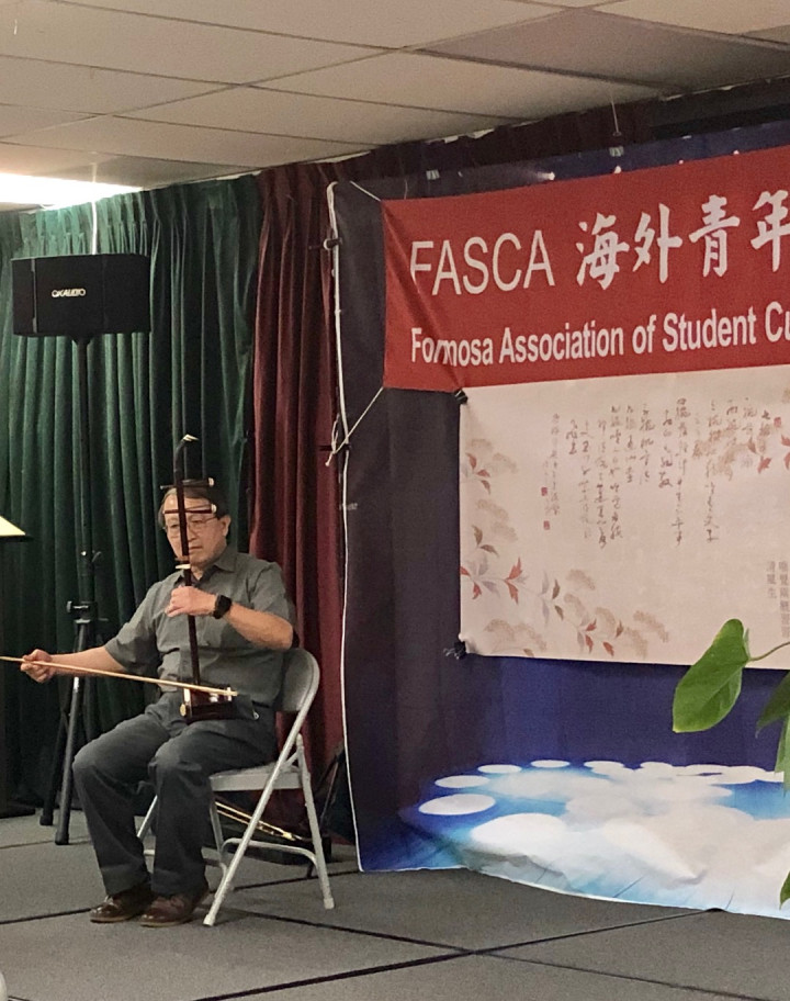 FASCA橙縣分會7月11日在橙僑中心舉行110年度青年文化志工培訓結業式。臺灣學校校長林正賢演奏二胡。(袁玫/大紀元)