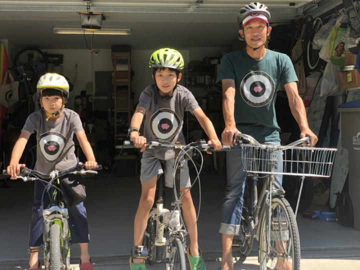 熱愛單車的矽谷科技人簡誌均(右)帶領兩位小學生兒子Sean(中)和Noah,在疫情期間創業到府修腳踏車。兩兄弟從想公司名字、製作網站到計算損益平衡,學到創業力與溝通力。
