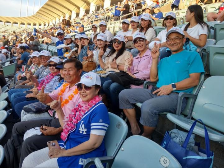 HELLO TAIWAN從美東紐約跨區到美西加州洛杉磯共同舉辦體育活動,參與台僑戴著HELLO TAIWAN的帽子,在活動中分享與介紹台灣人的力量。(洛杉磯台美商會提供)