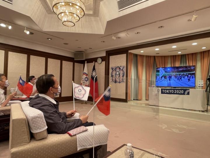 駐日代表謝長廷(右1)23日晚間在駐日代表職務宿舍設置電視轉播加油區,邀駐日官員及媒體等觀看東奧開幕式轉播,為中華代表團加油。