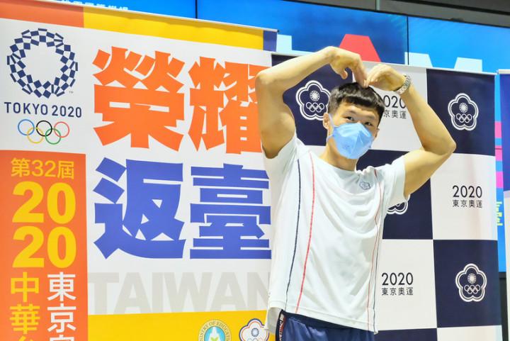 台灣體操好手「亞洲貓王」唐嘉鴻在東京奧運體操全能 決賽拿下第7名,為台灣體操全能奧運最佳成績,他29 日返台時表示,希望透過展演讓世界看到,「台灣也有 這樣的全能選手」,未來不只是單槓,也會在全能方面 繼續努力。