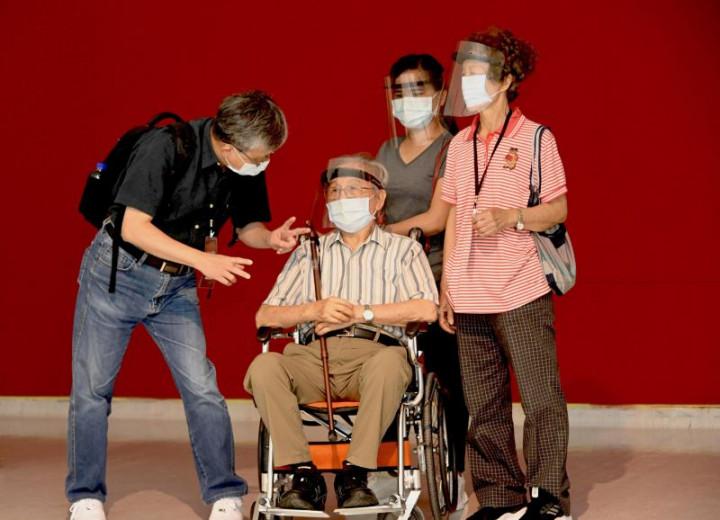 策展人廖仁義(左)、藝術家陳銀輝(中)及陳銀輝夫人(右1)於「取色賦形.捨像傳神-陳銀輝90藝術歷程」展覽佈展現場