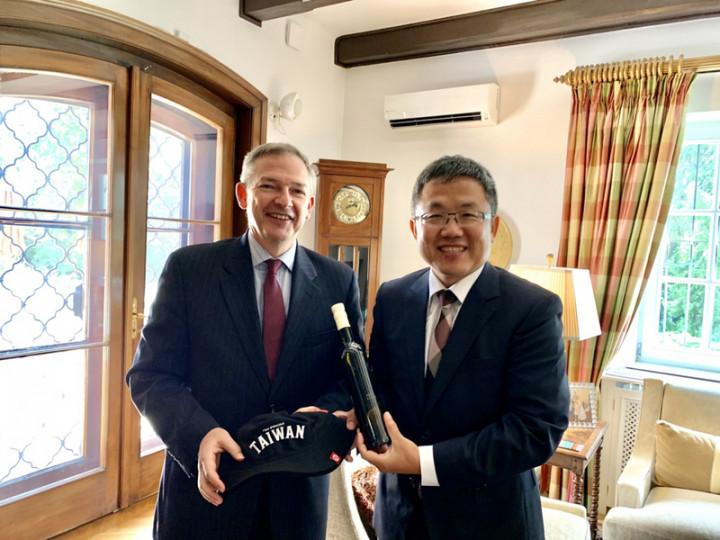 美國代理駐匈牙利大使狄拉德(左)13日邀駐匈牙利代表劉世忠(右)到官邸餐敘。(駐匈牙利代表處提供)